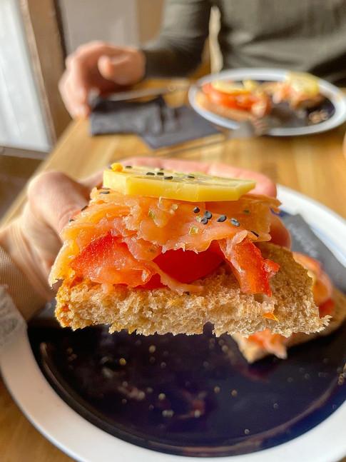 Tostada de tomate, salmón ahumado y queso mallorquino