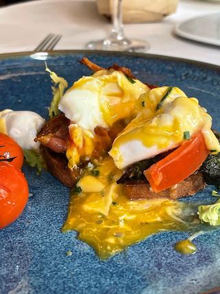 Huevos Benedictinos con bacon