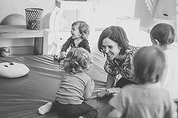 Professora com crianças em ambiente seguramente adaptado.
