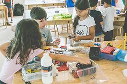 Crianças em oficina de maker.