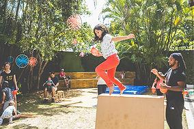 Criança saltando em aula de le parkour.