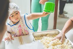 Criança em oficina de culinária.