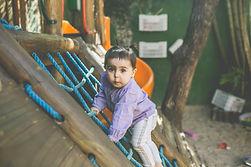 Criança pequena desenvolvendo atividades motoras.