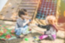 Crianças dividindo birnquedo no life lab.