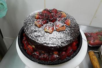 bolo chocolate vulcão com morangos