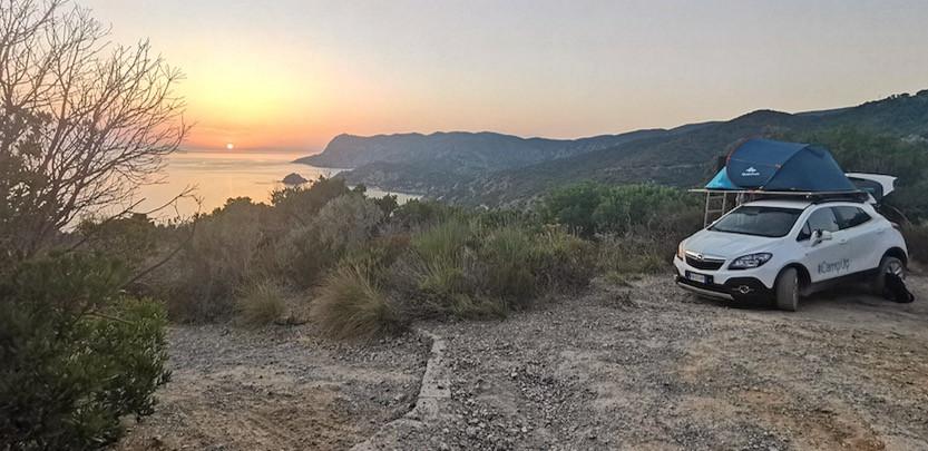 tramonto sul mare e auto camperizzata a punta di torre ciana, Argentario Toscana