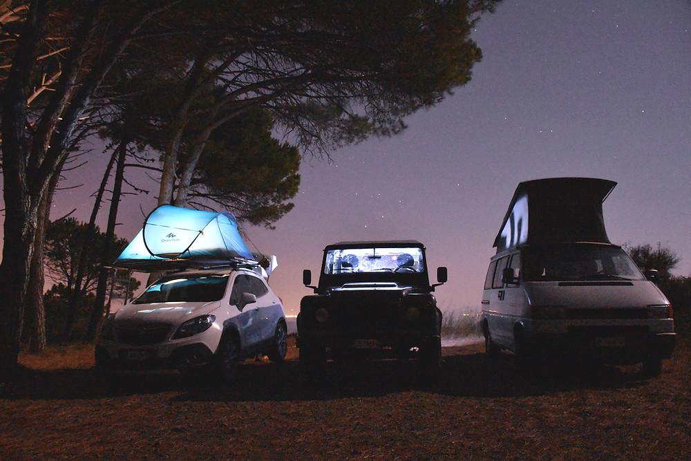 tre camperizzazioni differenti. Un'auto camperizzata esternamente con tenda da tetto, un'auto camperizzata internamente e un van Westfalia.