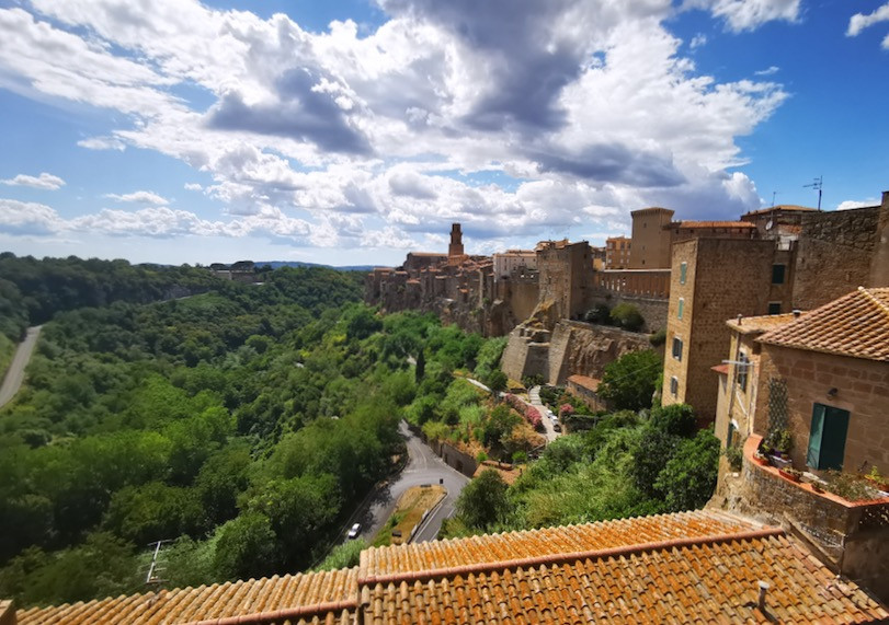 vista laterale della città di Pitigliano in Toscana.
