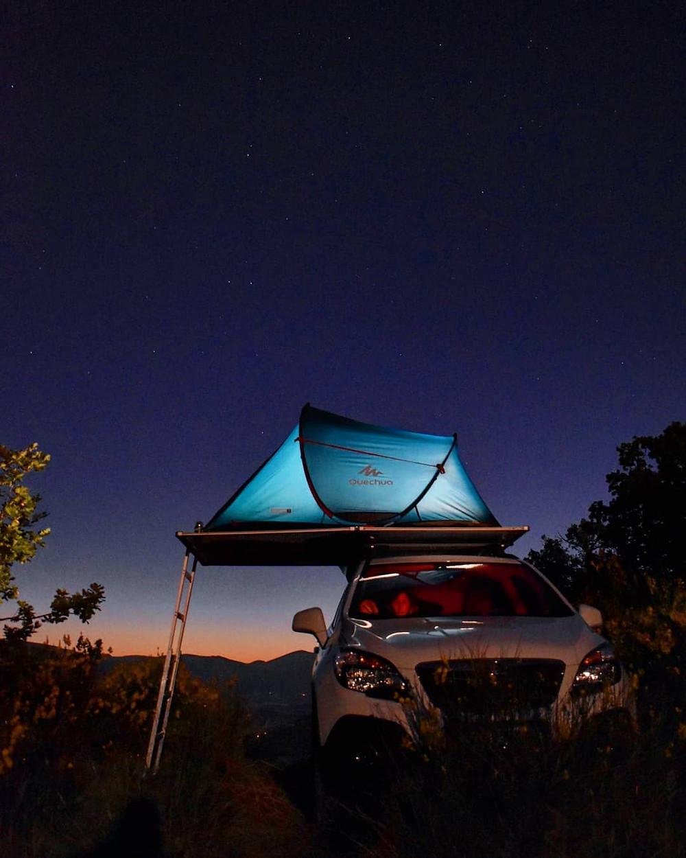 tenda da tetto illuminata nella notte