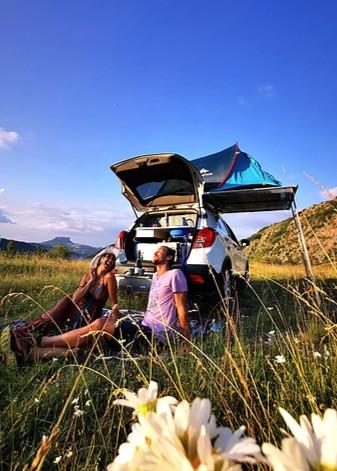 macchina camperizzata in un prato campeggio libero