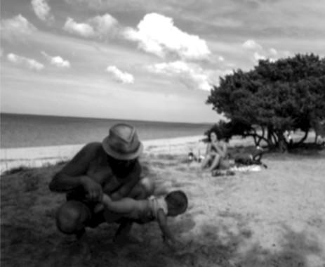 Famiglia in spiaggia bambino mare sabbia