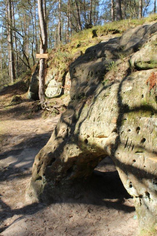 Petite grotte parsemée de trous