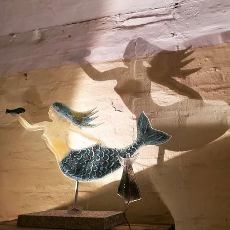 Meerfrau mit Schatten, Recyclingglas