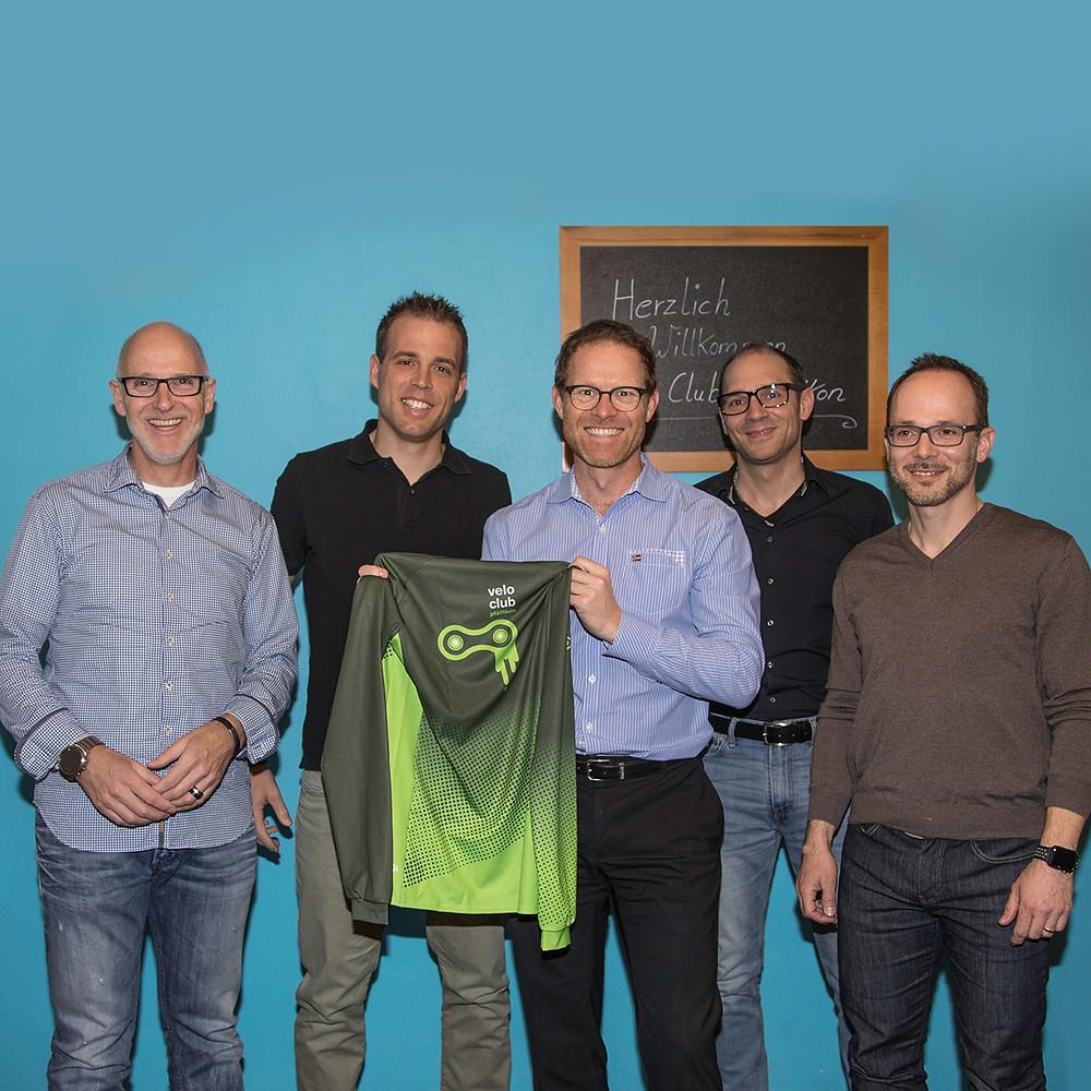 Vorstand des Veloclub Pfäffikon (VCP) mit dem neu vorgestellten VCP-Trikot. Von links nach rechts: Peter Neururer, Simon Bürgi, Pepe Läubli (neu im Vorstand), Pascal Flühler, Joe Sopko (neu im Vorstand)
