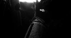 竪穴の中の割れ目太鼓 Slit drum in vertical hole