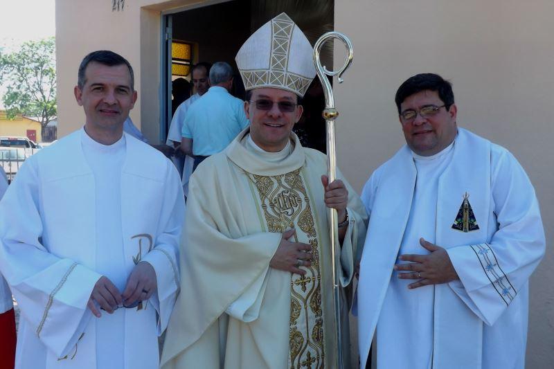 Dom Leomar Brustolin entre os padres Ângelo Bohn e Miguel Faleiro. Foto: Pascom Eldorado do Sul