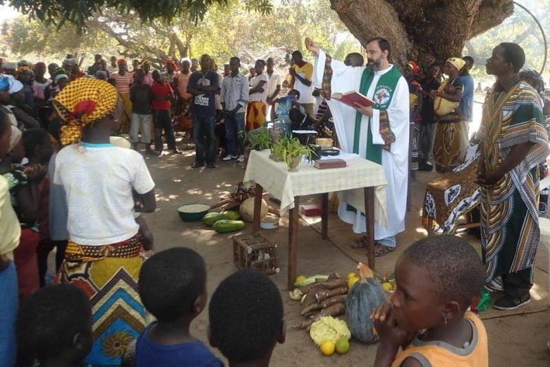 Pe. Joca durante o período de missão na África. Foto: reprodução Facebook