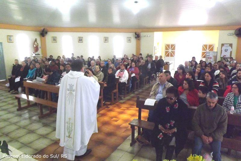 Padre Miguel Faleiro presidiu a missa. Foto: Pascom Eldorado do Sul