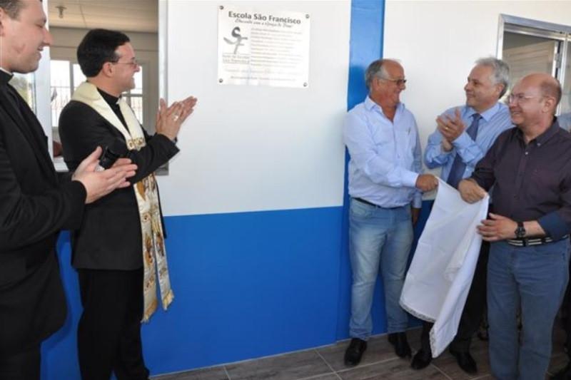 Autoridades descerraram a placa inaugural da nova escola. Foto: divulgação