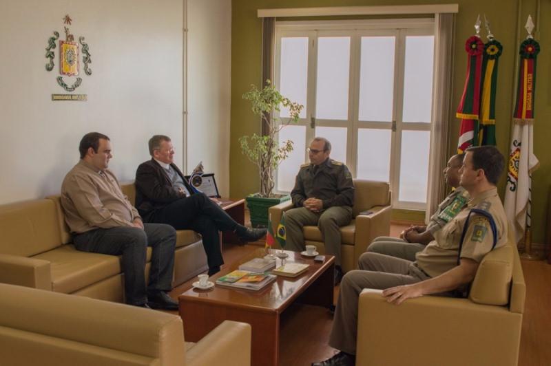 Dom Jaime Spengler e Pe. Alexandre Chaves reunidos com o comando da Brigada Militar. Foto: divulgação