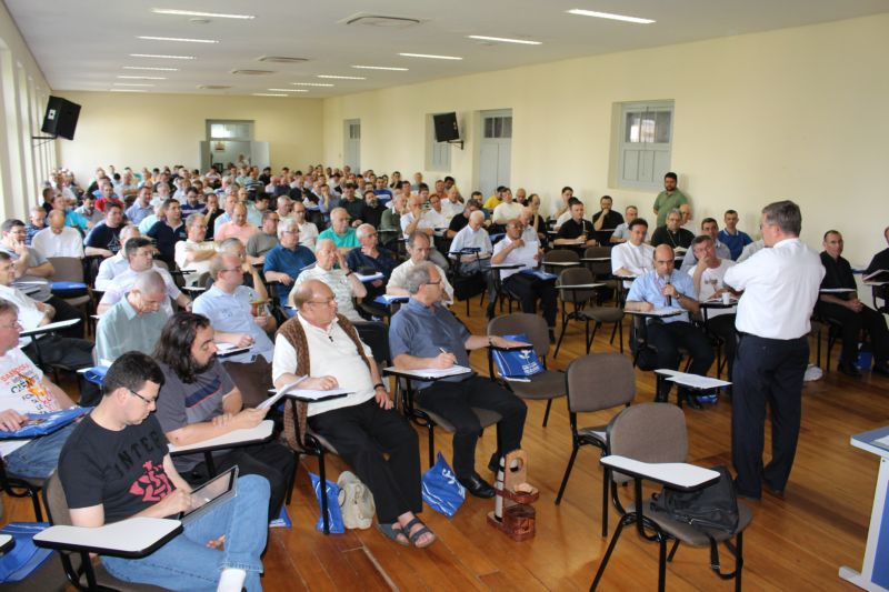 Grupo está reunido refletindo sobre a ação da Igreja na região metropolitana de Porto Alegre. Foto: Amanda Fetzner Efrom