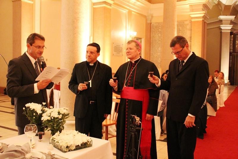O rabino Guershon Kwasniewski, o bispo auxiliar Dom Leomar Brustolin, o arcebispo Dom Jaime Spengler e o pároco da Catedral, padre Rogério Flôres. Foto: Amanda Fetzner Efrom