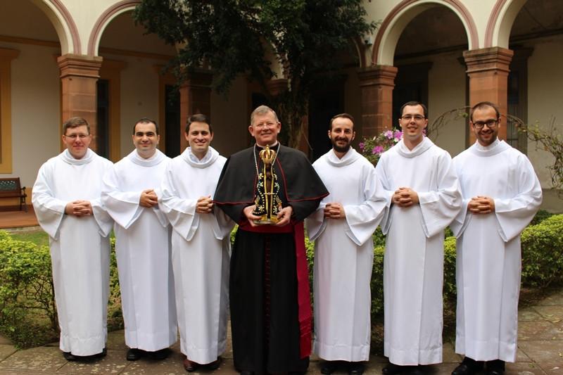 Da esquerda para a direita: Daniel, Edivelton, Fabiano, Dom Jaime, Fausto, Gustavo e Tiago. Foto: Amanda Fetzner Efrom