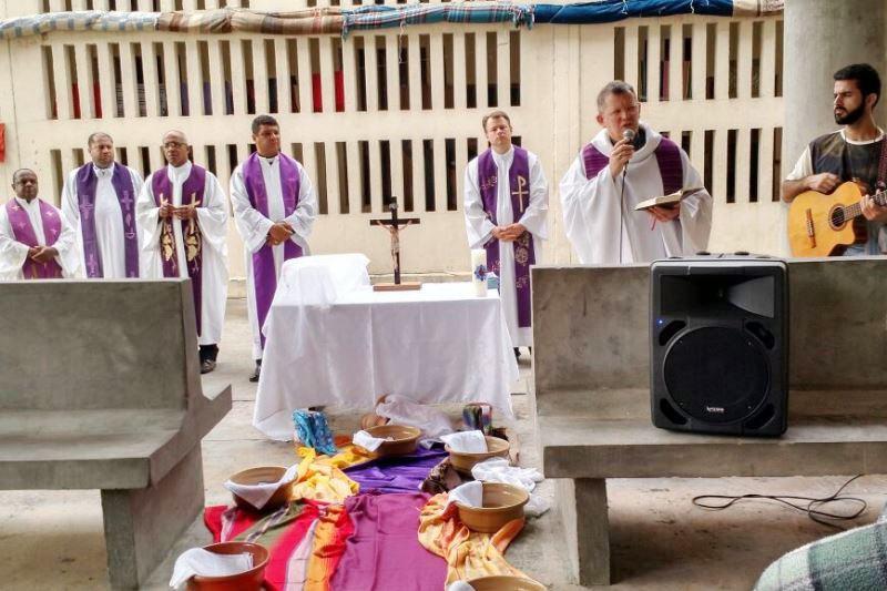 Dom Jaime Spengler e padres da Arquidiocese celebrando com os apenados. Foto: divulgação