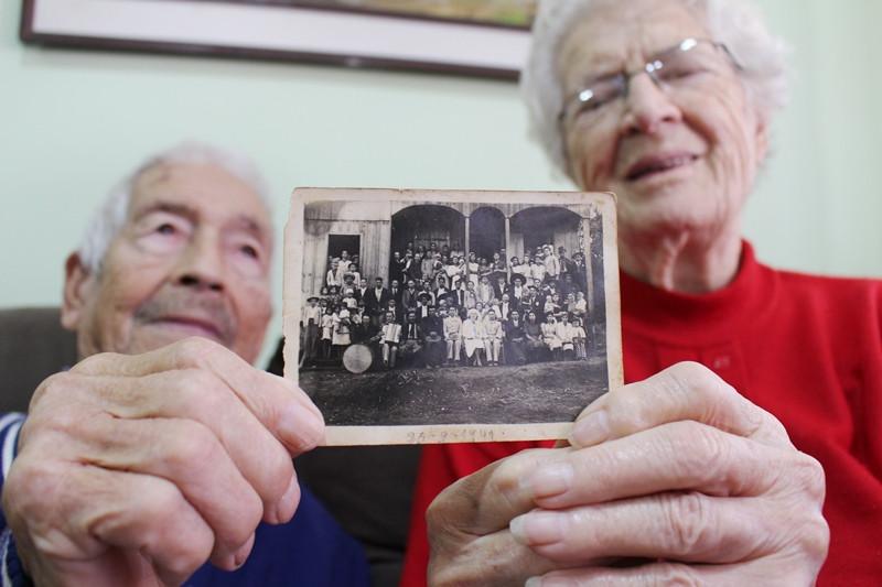 Coradino e Olga mostram a foto do casamento, em 25 de setembro de 1941. Foto: Amanda Fetzner Efrom