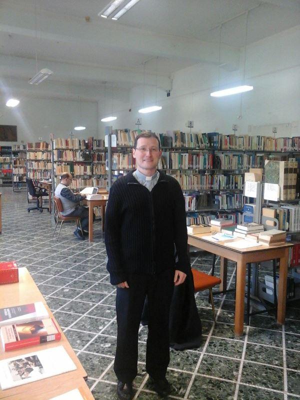 Pe. Rafael na biblioteca do Colégio Pio Brasileiro. Foto: arquivo pessoal