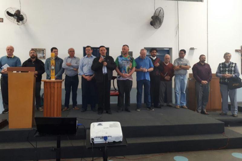 No encontro do dia 15, padres foram convidados a dar a bênção final aos catequistas. Foto: Lélia Ferreira