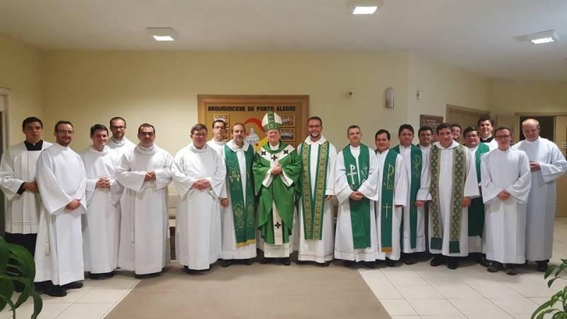 Padres e seminaristas se uniram a Dom Jaime e aos candidatos ao diaconado no último dia 10. Foto: divulgação