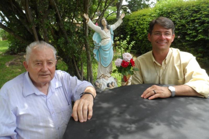 Pe. Xisto Pedrotti e Pe. Manoel Scheimann rogando as bençãos da padroeira. Foto: divulgação