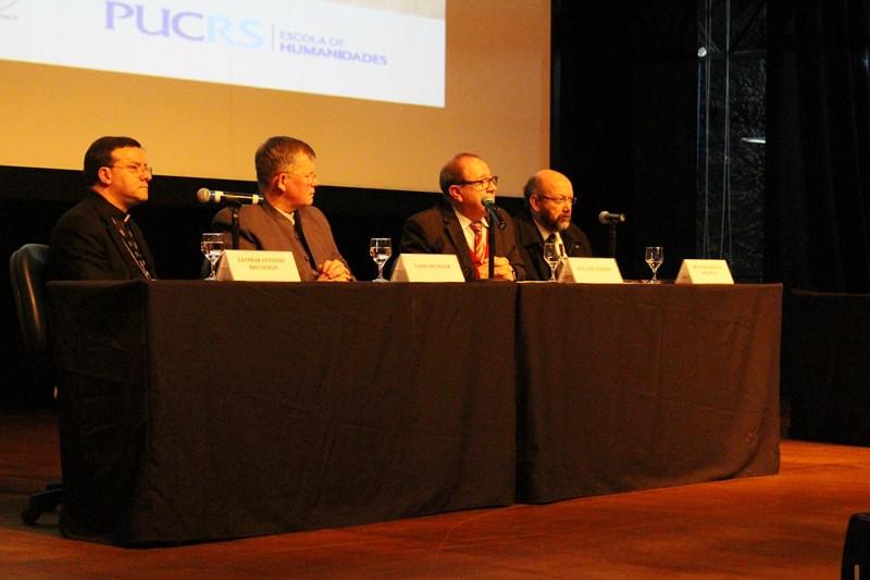 Mesa oficial formada por Dom Leomar Brustolin, Dom Jaime Spengler, Ir. Evilázio Teixeira e Draiton de Souza. Foto: Amanda Fetzner Efrom
