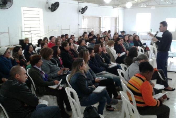 O secretário do IVC, seminarista Fabiano Colares, conversou com catequistas da área Sul. Foto: divulgação