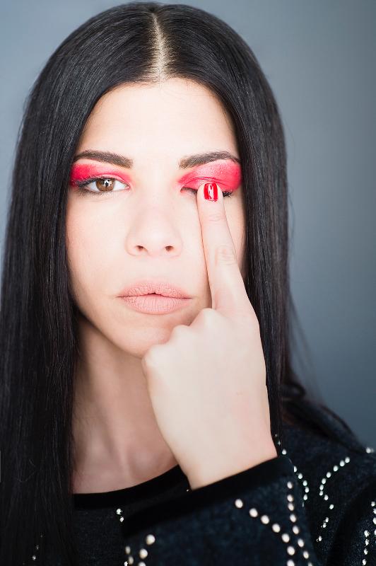 Red alert: πώς θα αντιγράψετε το φουτουριστικό μακιγιάζ της Δάφνης Καραβοκύρη στο Down Town .