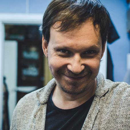 Вишивки зі згадкою про Крим – режисер Ніко Лапунов про хобі, яке стало роботою