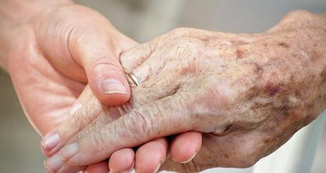 mani anziani.jpg