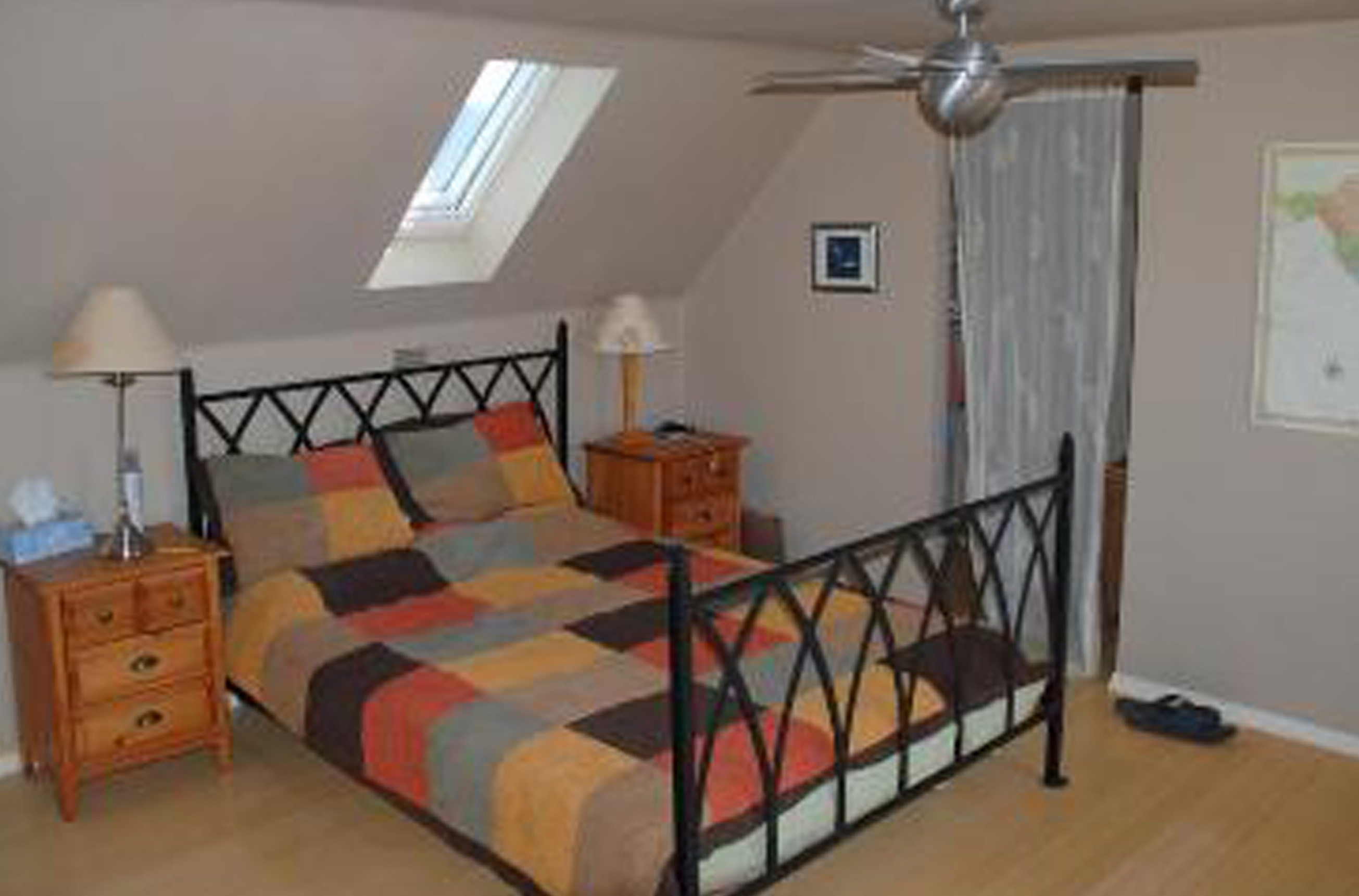 Queen bed with skylight