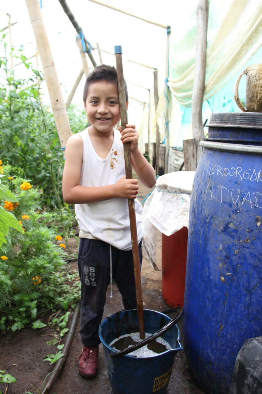 Neimar ayudando a preparar la melaza
