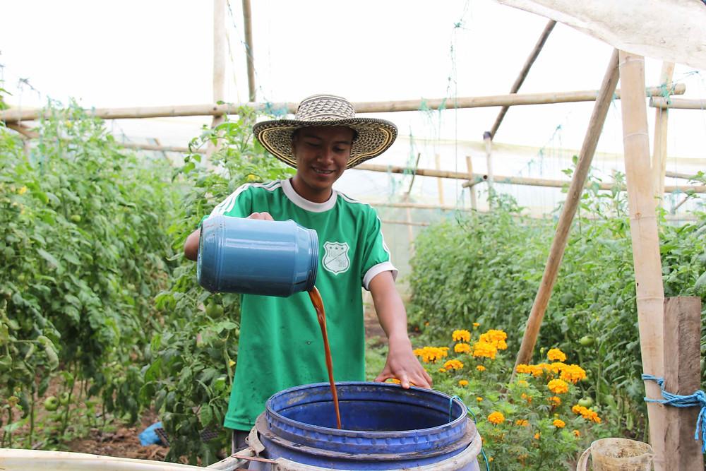 Junior preparando fertilizantes orgánicos