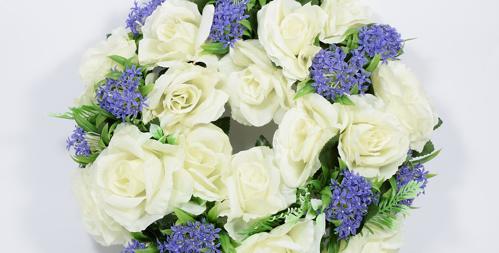 Στεφάνι με τεχνητές λεβάντες και τριαντάφυλλα, σε βάση από φελιζόλ.