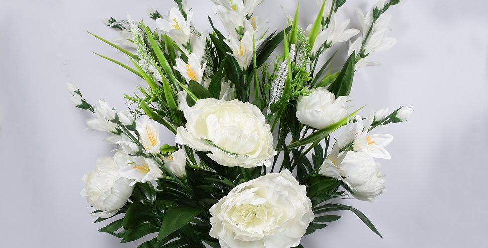 Μπουκέτο με τεχνητά άνθή, παιώνιες και τριαντάφυλλα σε λευκό χρώμα. Ψεύτικα λουλούδια.
