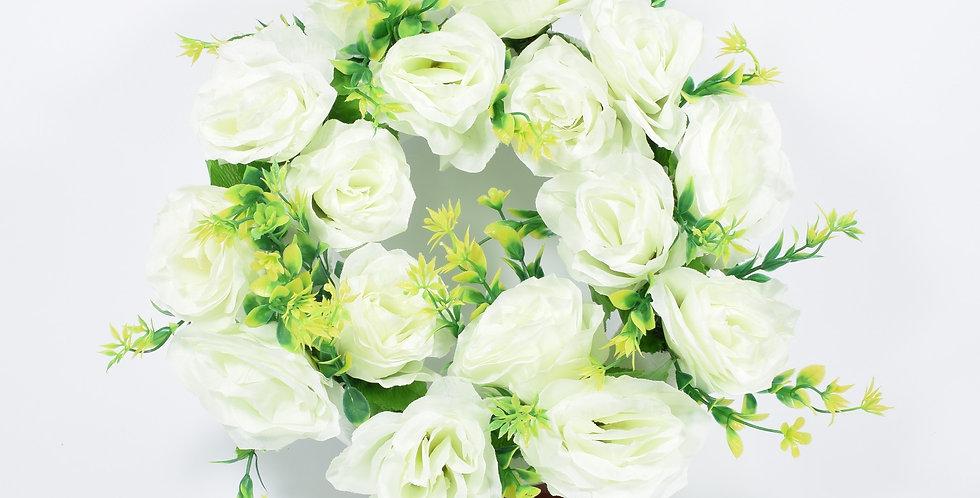 Στεφάνι με τεχνητά τριαντάφυλλαρ λευκά, σε βάση από φελιζόλ.