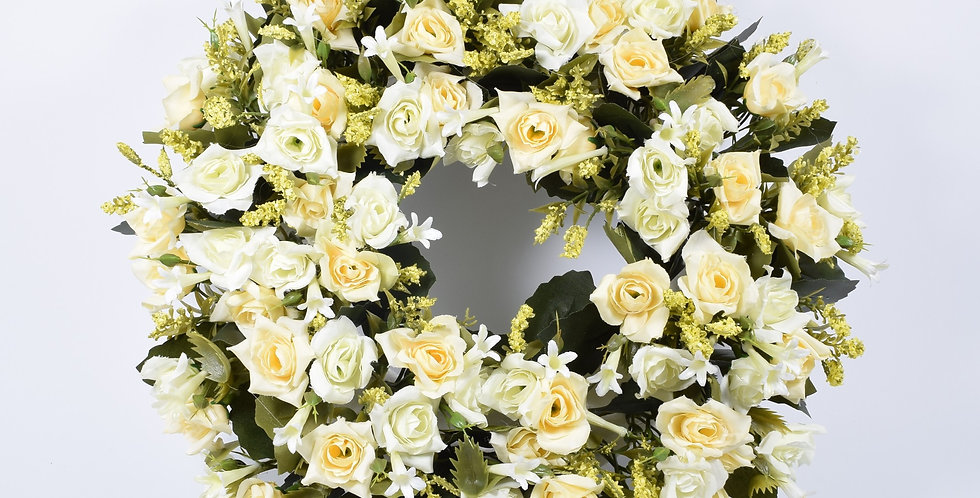 Στεφάνι με τεχνητά λουλούδιατριαντάφυλλα σε λευκό χρώμα, σε βάση από φελιζόλ.
