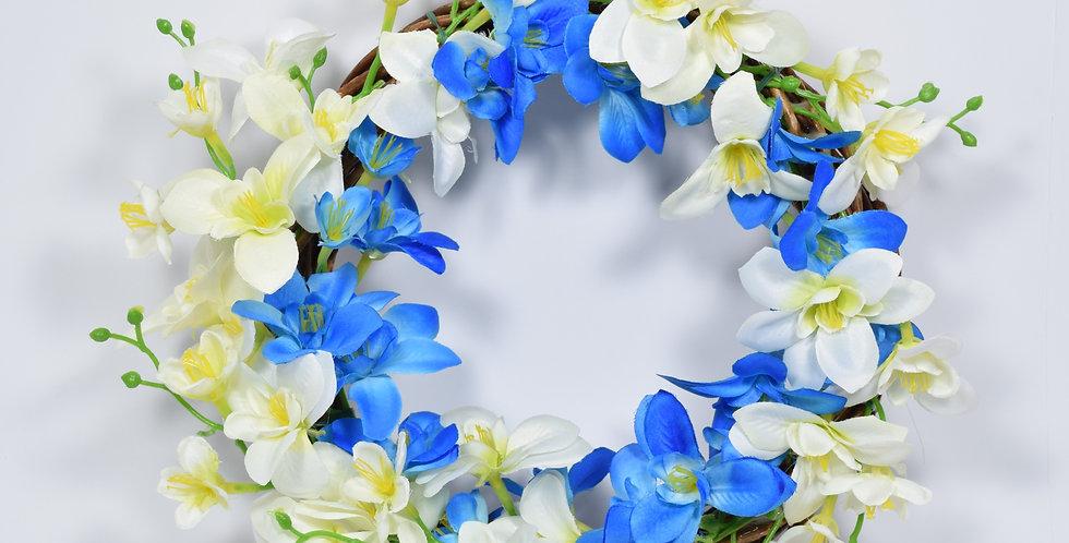 Χειροποίητο στεφάνι με ορχιδέες σε γαλάζιο και λευκό χρώμα, σε ξύλινη, πλεκτή βάση.