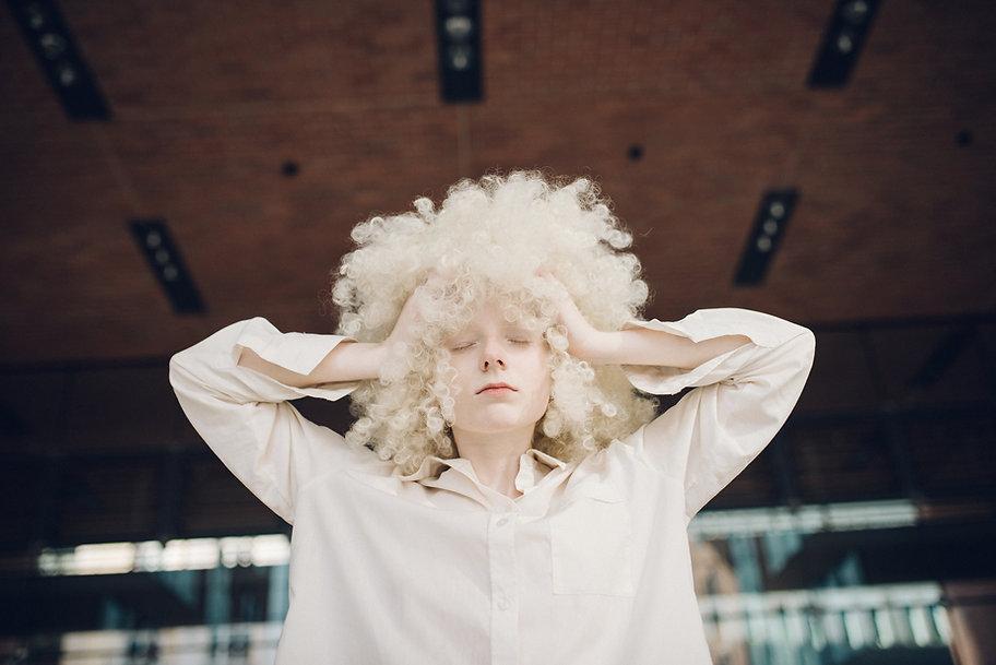Femme avec perruque