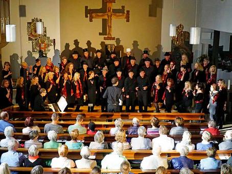 """Pop, Jazz und Swing vom """"Choir under Fire"""" in voll besetzter St. Nikolaus Kirche"""