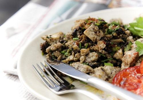 Тофу скрэмбл с грибами и петрушкой