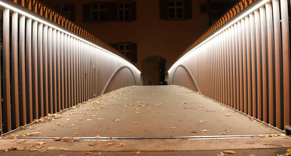 Fussgänger-Brücke am Graben.jpg